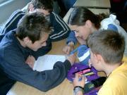 Csillagászati TOTÓ kitöltése közben a Föld Napja alkalmából rendezett iskolák közötti vetélkedőn a PHARE CBC projekt keretében.