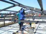 A letolható tetejű épület munkálatai. Készül a vasvázas tetőszerkezet.