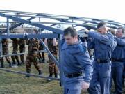 A letolható tetejű épület munkálatai. A tetőszerkezet áthelyezése emberi erővel.