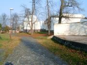 Magyar-szlovén-szlovák-osztrák szakmai tapasztalatcsere megbeszélés a Szlovák Központi Csillagvizsgálóban Hurbanovón, 2005. december 10-én. A planetárium és az irodaépület.